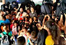 Photo of Salvador Holguín llega a Manuel Bueno repleto de mochilas con útiles escolares para que los niños vayan a la escuela
