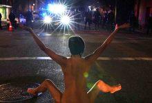 """Photo of """"Atenea Desnuda"""": la misteriosa mujer que sorprendió a la Policía en las protestas en Portland"""