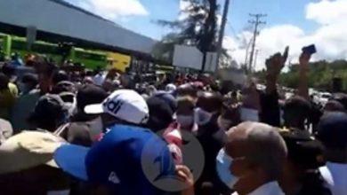 Photo of Empujones y trompadas en trifulca entre la policía y manifestantes en terminal de autobuses